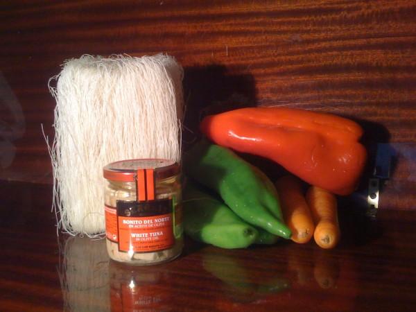 Ingredientes de los tallarines de arroz con Bonito del Norte