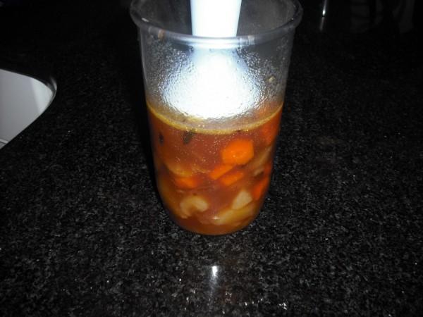 Para preparar la salsa, metemos los ingredientes en un recipiente