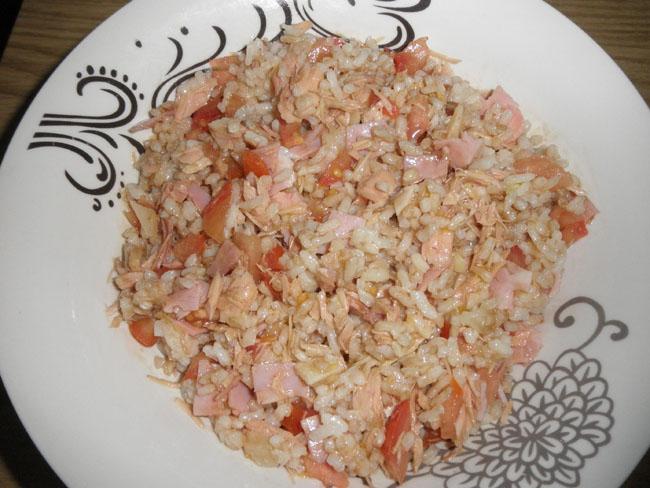 Ensalada de arroz con cogote de bonito del norte