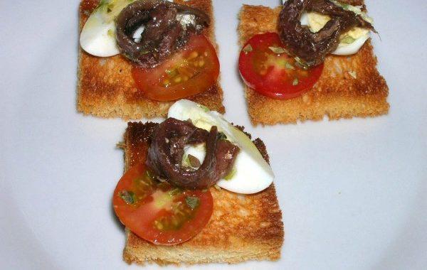 Canapé de anchoa del Cantábrico y huevo
