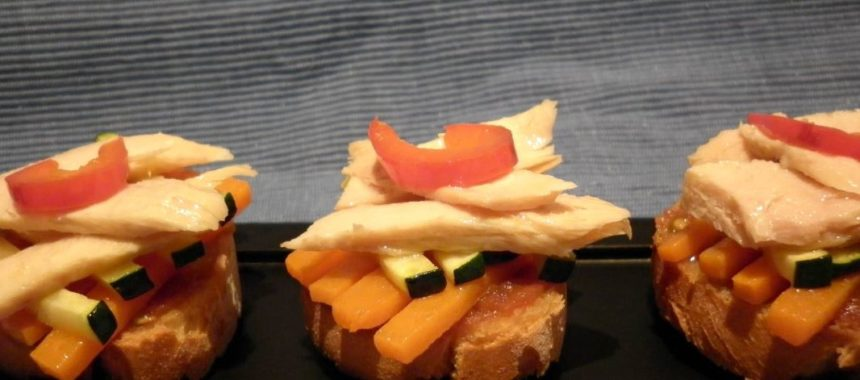 Tosta de ventresca de bonito con verduras
