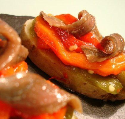 Anchoas del Cantábrico en lecho de pimientos y patata