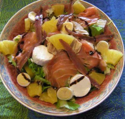 Ensalada con salmón y conservas Serrats