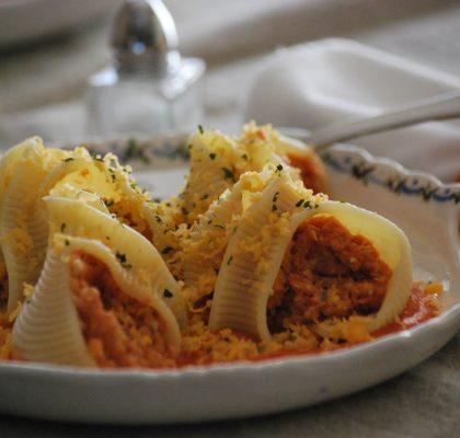 Caracolas rellenas de atún y huevo duro, con salsa suave de tomate