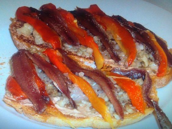 Tosta de escalibada con alioli y anchoas