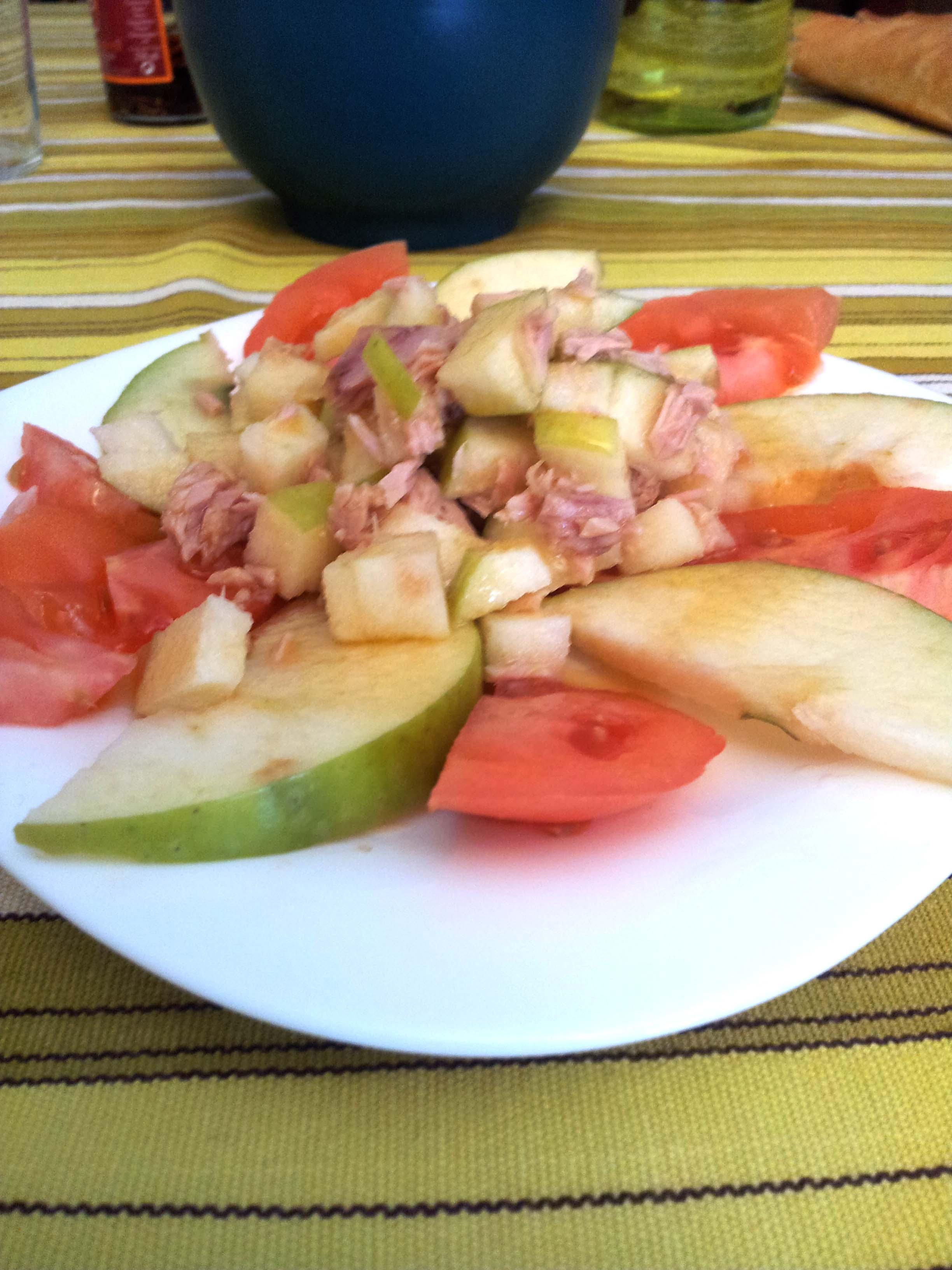 Ensalada de manzana, tomate y atún