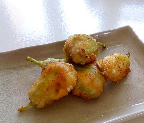 Flores de calabaza rellenas de queso y anchoas del Cantábrico