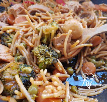 Fideuá de fideo frito, verduras y Bonito del Norte