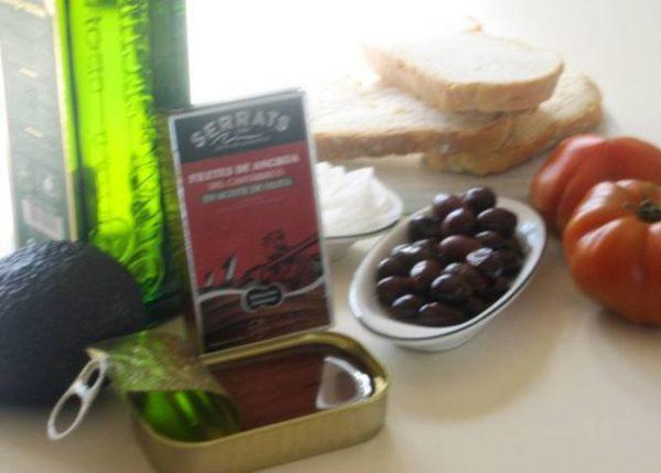 Ingredientes de la tosta de aguacate y anchoas
