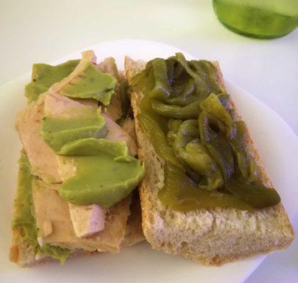 Bocadillo de Bonito del Norte con pimiento verde asado y guacamole