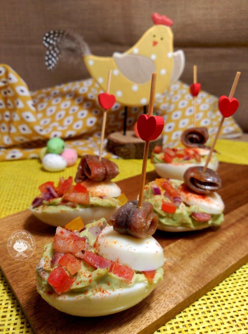 Canapé navideño de huevos rellenos con guacamole y anchoas