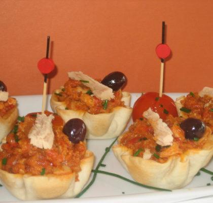 Navidad. Canapés de cogote de bonito , tomate, cebolla y pimientos confitados