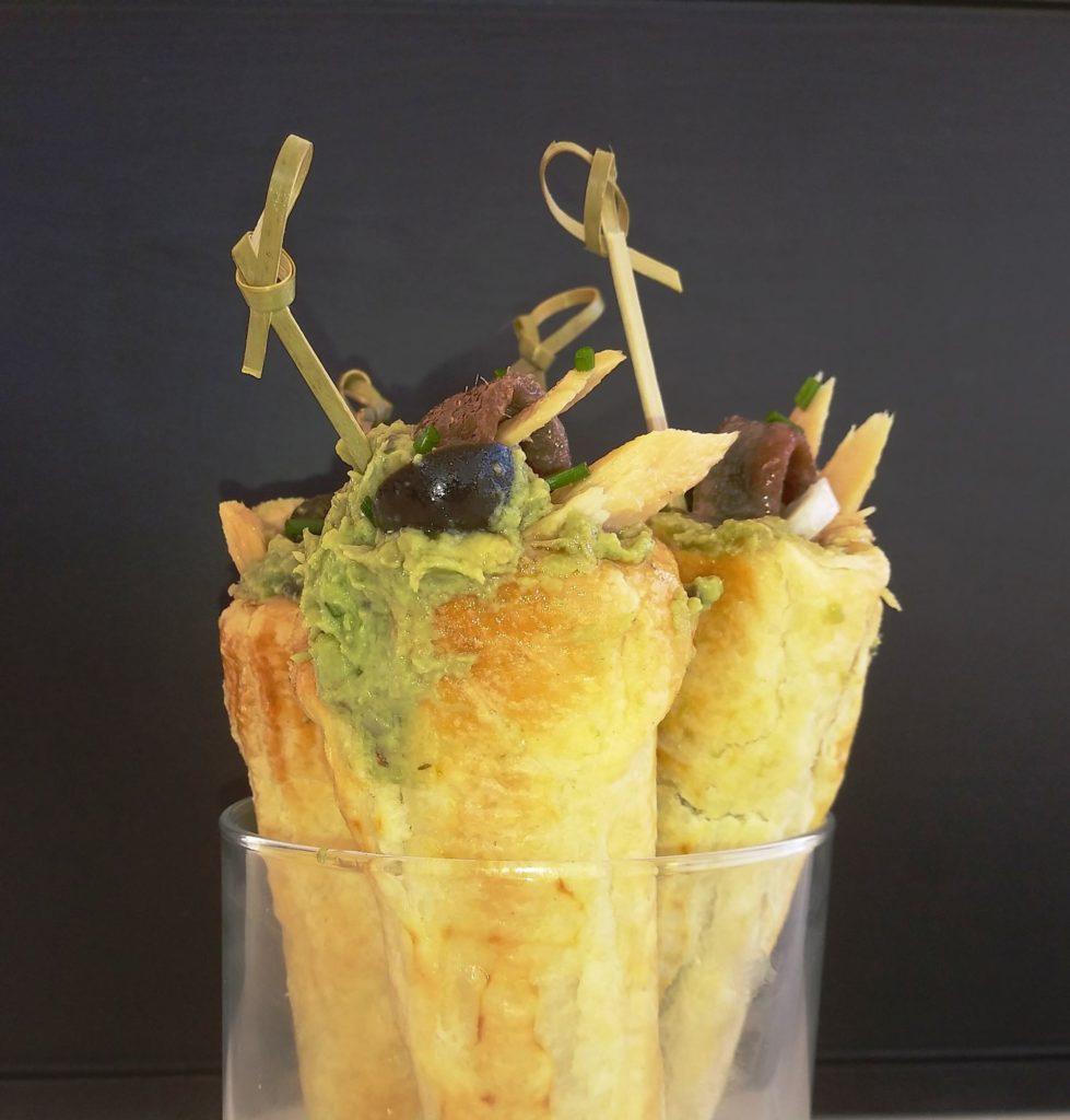 Canapés de Navidad: Conos de hojaldre rellenos de aguacate con anchoas y ventresca de bonito