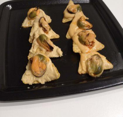 Canapé de Navidad, nachos con hummus y mejillones