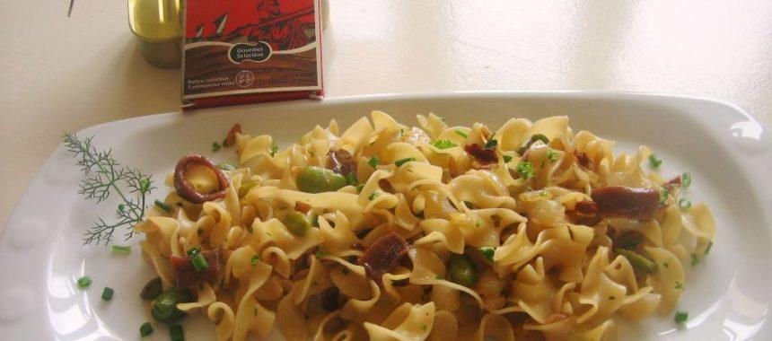 Pasta tagliata con anchoas del Cantábrico y habitas