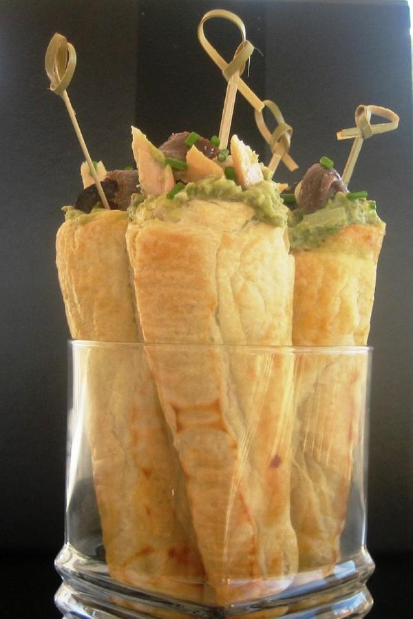 Conos de hojaldre rellenos de aguacate con anchoas y ventresca de bonito