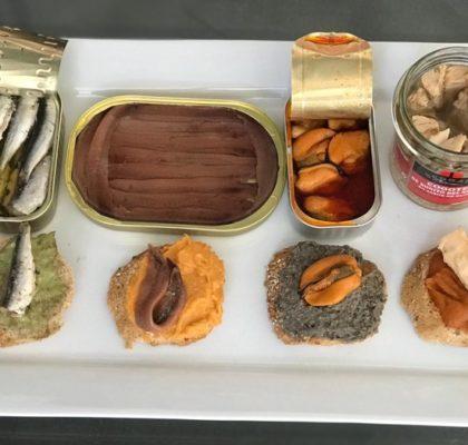 Tostas de patés vegetales y conservas de pescado