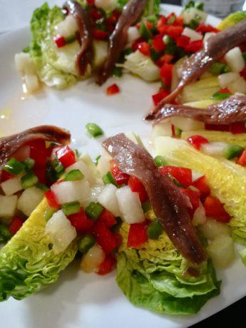 Cogollos de Tudela con anchoa y vinagreta de melón