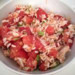 Ensalada de arroz con tomate y bonito en escabeche