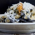 Espaguetis al nero di sepia con salsa de mejillones en escabeche