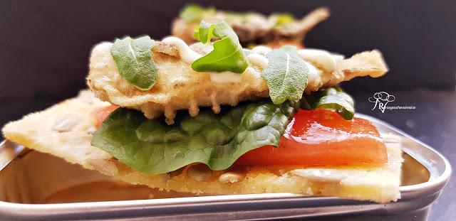 Canapés navideños gourmet: mini tostas de sardinillas picantes en tempura