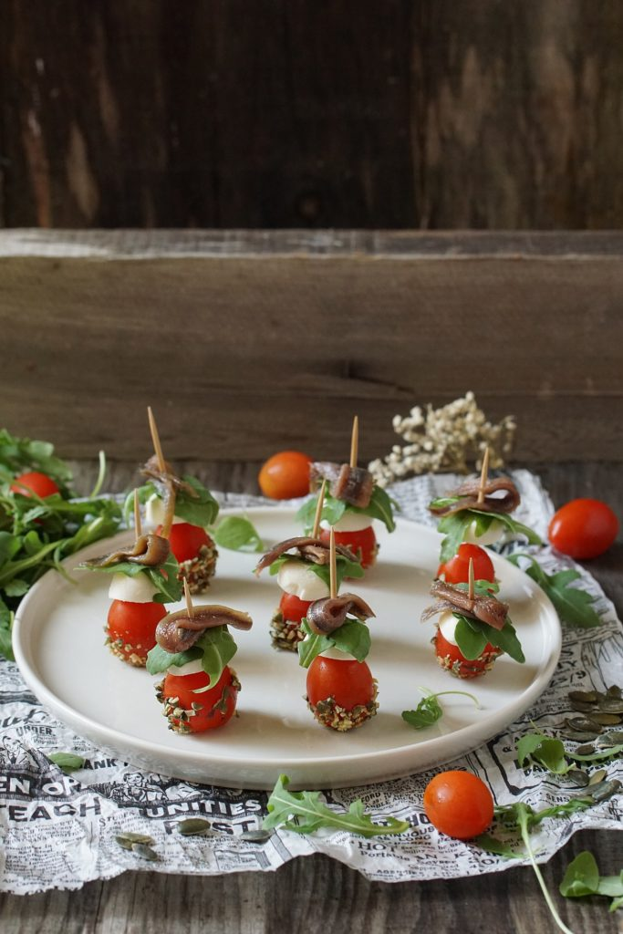 Pintxos de Navidad con tomate, queso y anchoa