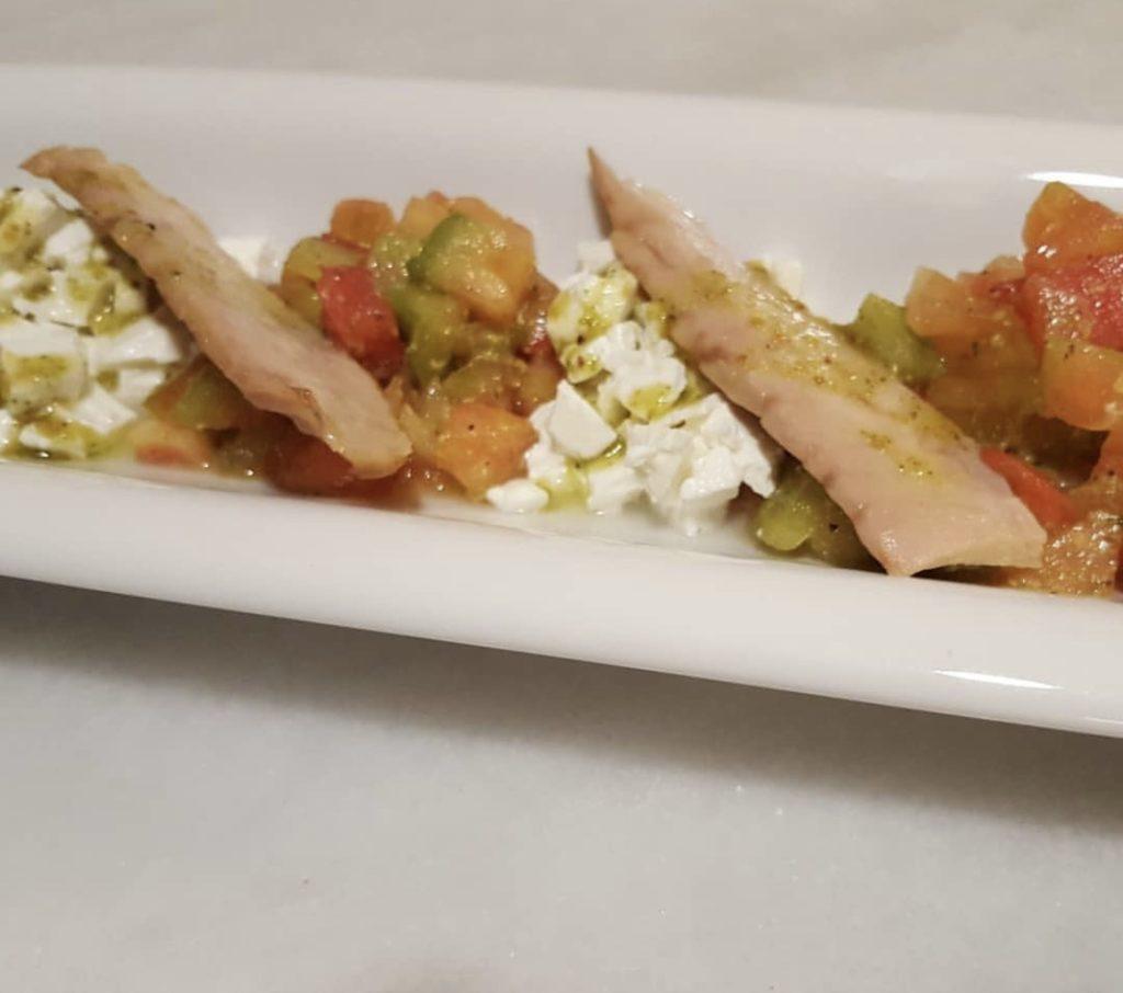 Ensalada de ventresca de atún con pesto de pistachos