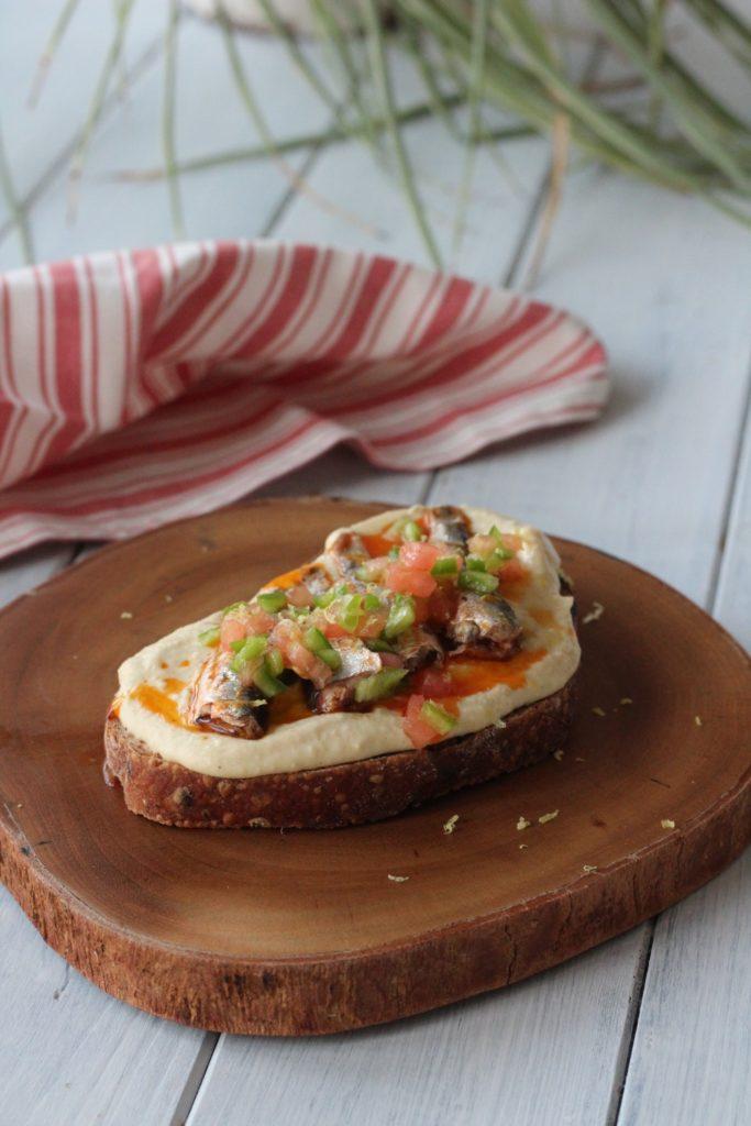 Tosta de hummus con sardinillas