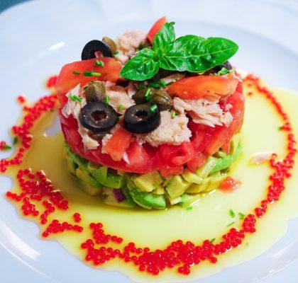 Ensalada de aguacate tomate y bonito del Norte en aceite de oliva