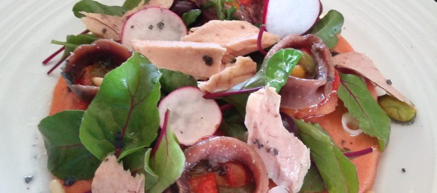 Ensalada de bonito y anchoas sobre gelatina de gazpacho