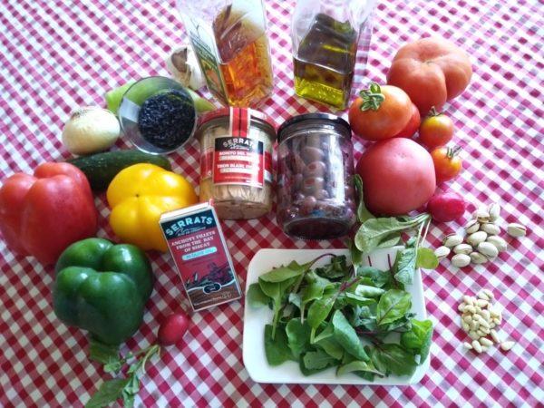 Ingredientes de la ensalada de bonito sobre gelatina de gazpacho