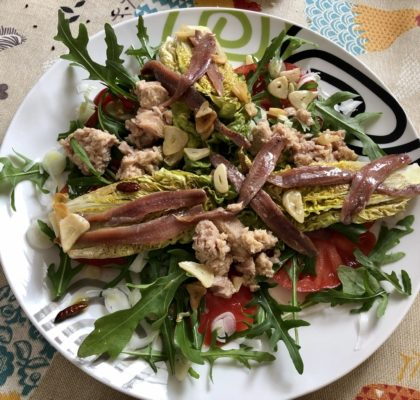 Ensalada templada de cogollos de lechuga braseada con atún, anchoas y aliño de bilbaína