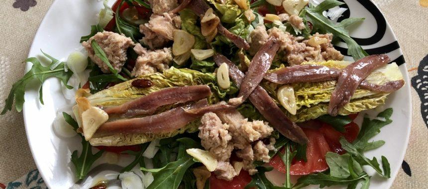 Ensalada templada de cogollos braseados con atún, anchoas y aliño de bilbaína