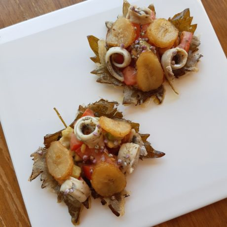 Ensalada en hoja de parra en tempura con plátano frito y boquerones en vinagre