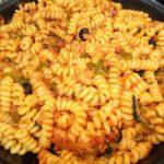 Pasta fusilli con salsa de tomate, atún y albahaca