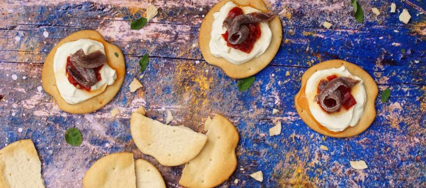Canapé navideño de anchoa, queso y pimiento confitado. Fácil y rápido