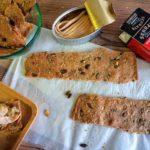 Canapé navideño: Crackers de espelta con ventresca de bonito y berenjena asada