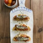 Tosta de sardinillas con picadillo