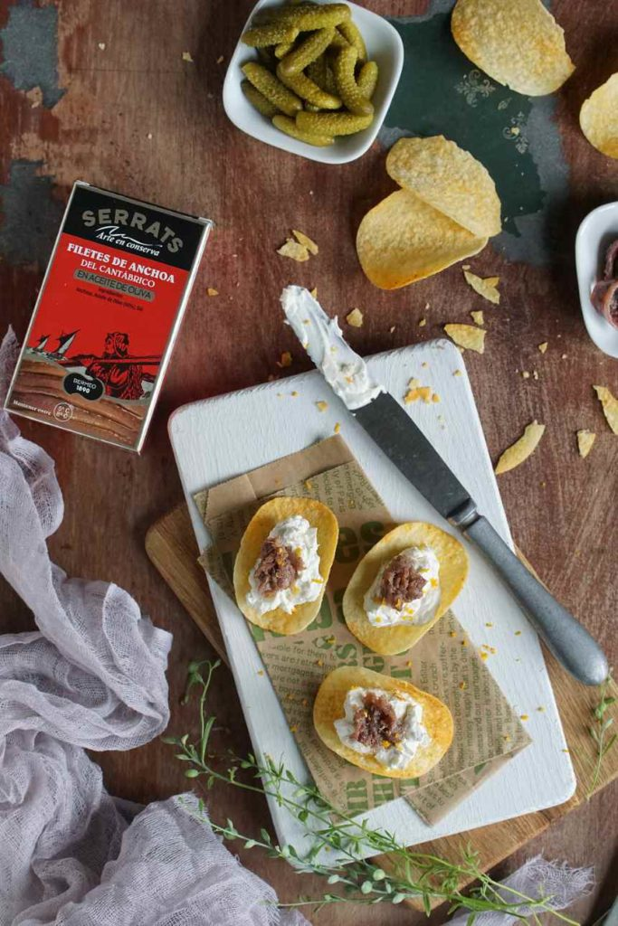 Canapé de patatas con queso a la naranja y anchoa del Cantábrico