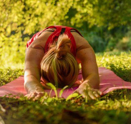 Mujer haciendo yoga para combatir la Astenia primaveral y fatiga pandémica