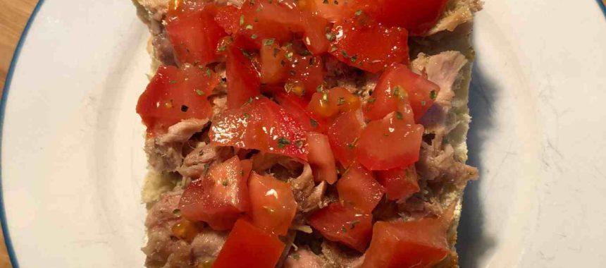 Bruschetta de tomate picado y bonito del norte