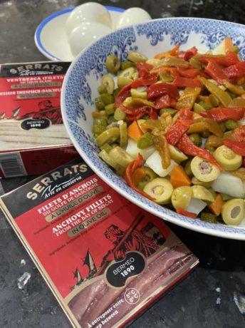 Aceitunas, pepinillos, pimiento rojo y piparras para la ensaladilla rusa