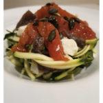 Ensalada de calabacín con anchoas, mozzarella y tomate confitado