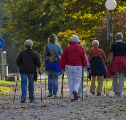 Grupo de personas caminando para mantener la actividad física saludable