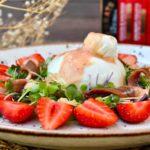 Ensalada con fresas, burrata y anchoas