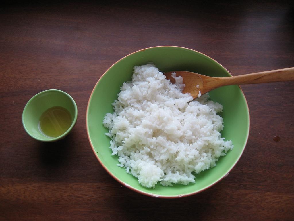 Debemos condimentar el arroz con una tacita de vinagre...