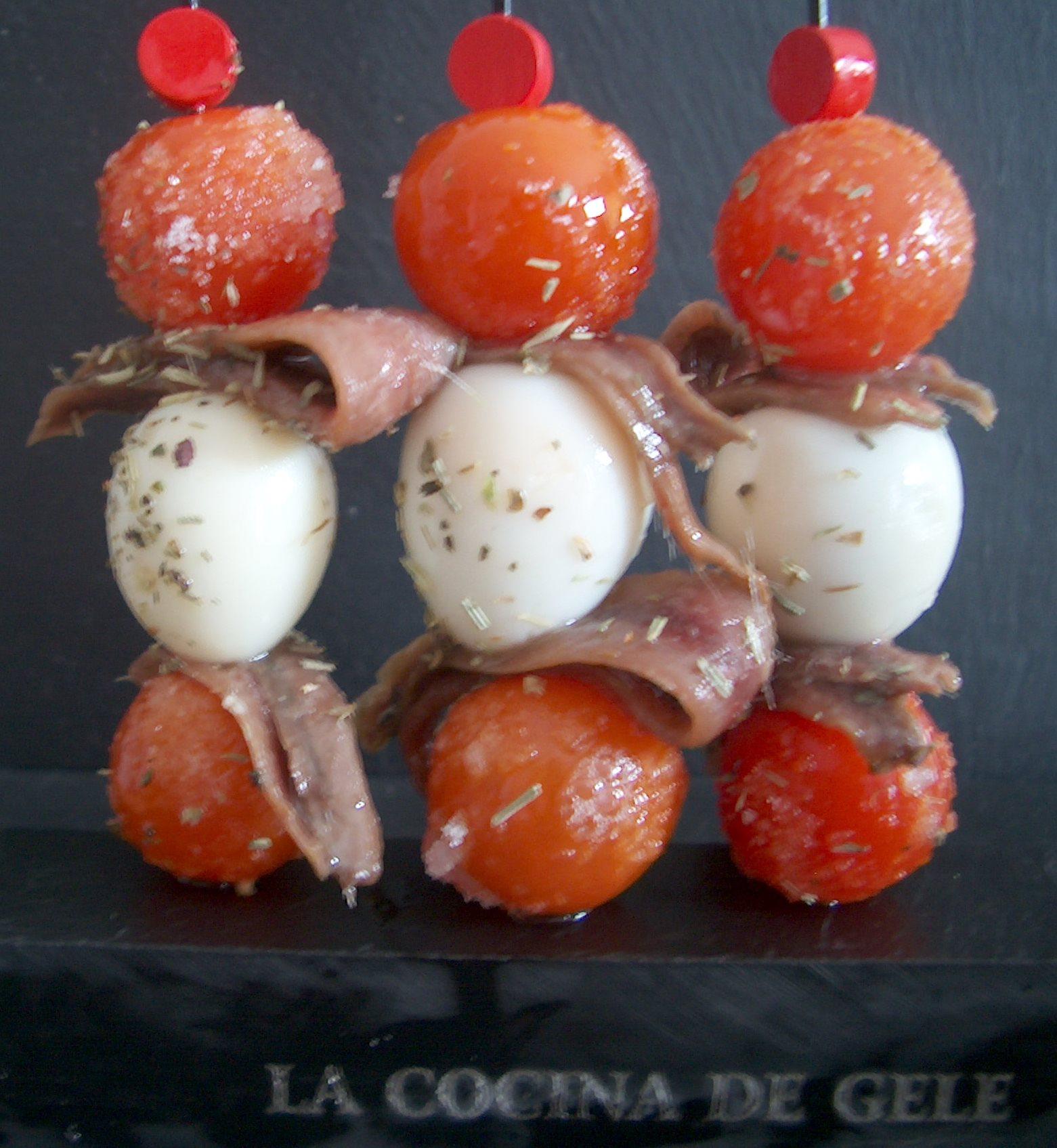 Canapé navideño: Brocheta de tomate glaseado y anchoas