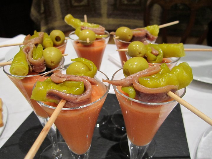 Chupito de gazpacho y gildas con anchoas del Cantábrico