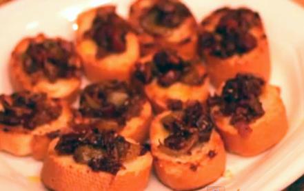 Crostinnis de anchoas y bacon