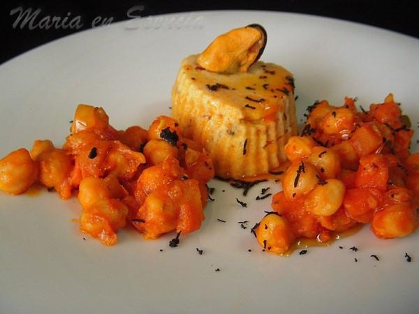 Flan de mejillones de Conservas Serrats con fritada de garbanzos y toque de fruta